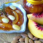 Консервированные персики с миндалем.