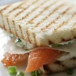 Сэндвич со слабосоленой семгой и сливочным сыром.