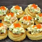 Праздничный салат в тарталетках из слоеного теста.