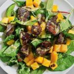 Салат с манго и куриной печенью.