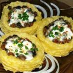 Картофельные гнезда с грибами.