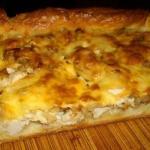 Пирог с курицей, сыром и луком.