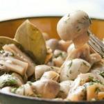 Идеальная закуска: грибочки в легком маринаде.