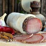 Полендвица.   Мы выбираем мясо нежирное - вырезку или карбонад, если любите с жировыми прослоечками, то подойдет и шейная часть (корейка.