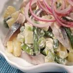 Салат с селедкой, картофелем и яблоком.