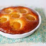 Творожный пирог с персиками и джемом.
