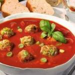 Томатный суп с фрикадельками и итальянскими травами.