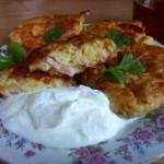 Картофельные котлетки с колбасой и сыром.
