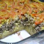 Открытый мясной пирог из картофельного теста.